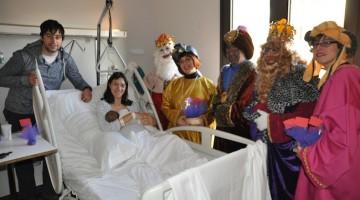 Una família amb un nounat a la tercera planta de l'Hospital de Santa Tecla