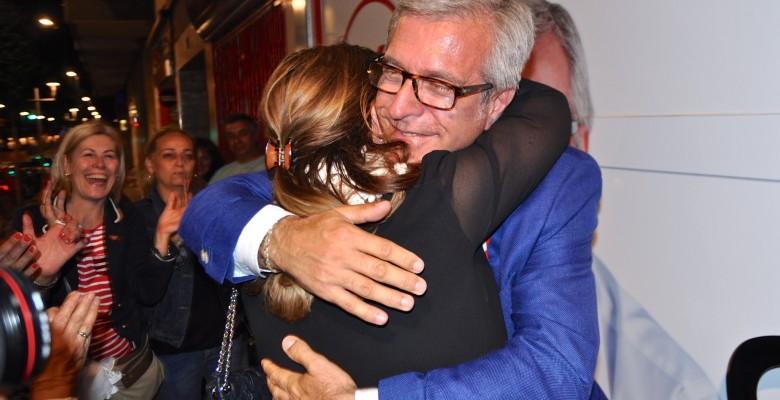 Ballesteros s'abraça amb la seva dona en sortir de la seu del PSC.