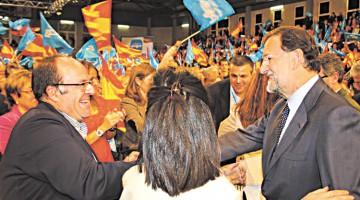 Rafa Luna, regidor de l'Ajuntament de Roda de Berà, saludant a Mariano Rajoy.