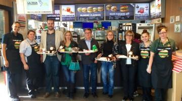 L'alcalde i els regidors de l'equip de Govern de Roda de Berà al restaurant de la localitat.