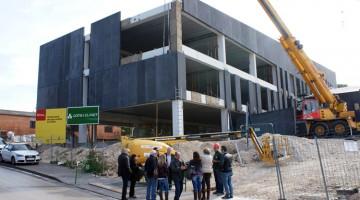 """Visita dels representants polítics que s'ha fet a les obres del nou edifici de l'Institut """"La Talaia"""" de Segur de Calafell."""