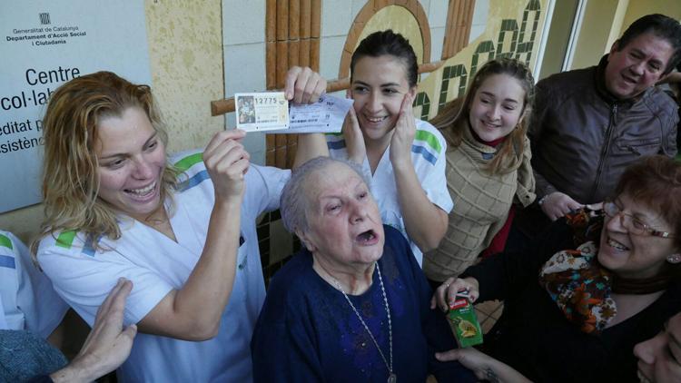 Els treballadors, residents i familiars celebran el premi a la residència./ Foto: Tomàs Varga