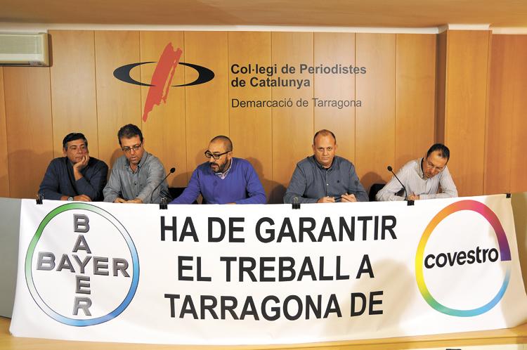 Imatge d'arxiu de la roda de premsa de membres dels sindicats i del comitè d'empresa de Covestro./Foto: T.V.