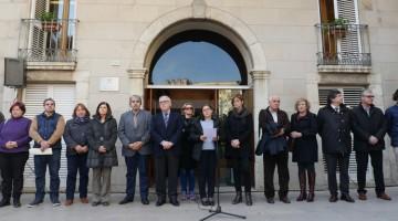 Minut de silenci davant de l'Ajuntament de Vila-seca aquest migdia./Foto: T.V.