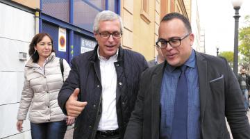 Josep Fèlix Ballesteros acompanyat pel seu advocat i Begoña Floria sortint dels jutjats./Tomàs Varga