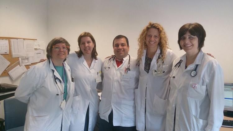 D'esquerra a dreta, la Dra. Rosa Pérez Bernalte; la Dra. Laura Noblia Gigena; el Dr. David Riesco Acevedo; la Dra. Ana Lacal Martínez i la Dra. Belén Xifré Rodríguez.