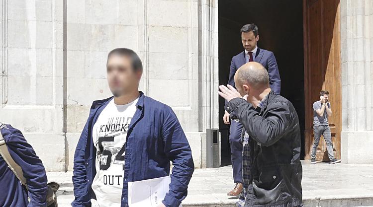 Membres de la Guàrdia Civil i el jutge sortint de l'Ajuntament després del registre pel cas Inipro. / Foto: Tomàs Varga.
