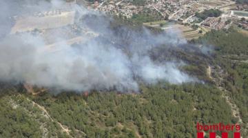Imatge: @bomberscat del flanc esquerre de l'incendi als Pallaresos